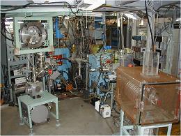 KUR-ISOLの2つのビームコースの写真:左側にテープコレクタを設置した核物理コース、右側に後段加速器を設置した物性コース