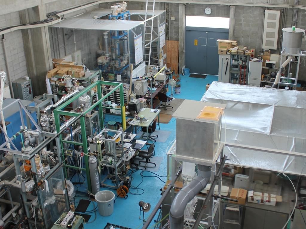 熱特性実験装置と実験室風景